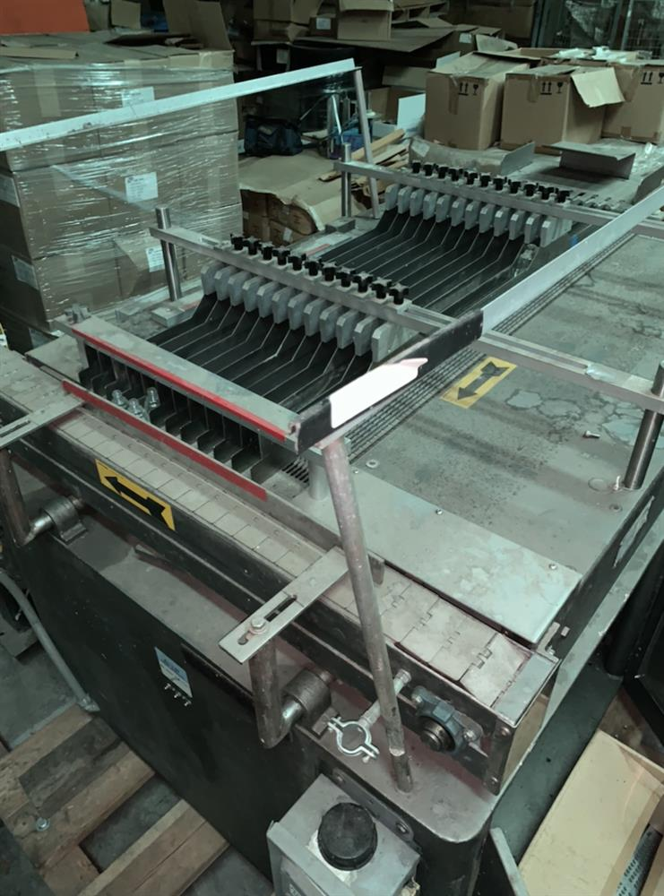 Image CARTPAC Automatic Bottle Feeder Tray Unloader With Lane Diverting Conveyor Belt 1462711